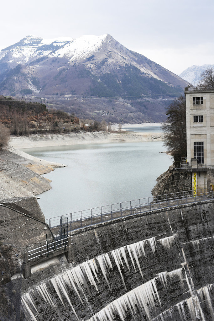 Cha?ne humaine contre la privatisation des barrages hydrauliques au barrage du Sautet en Is?re